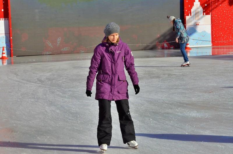 Директор спортшколы в Щербинке прокомментировал видео, где тренер бросает детей на лед