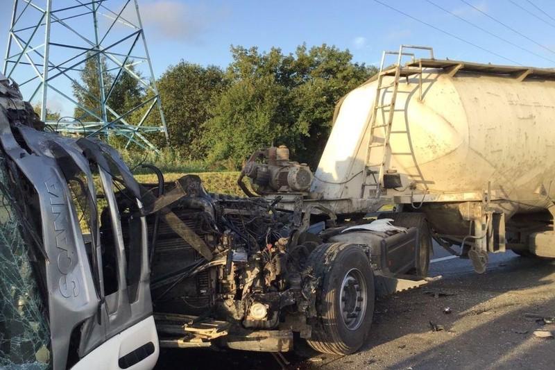 Три грузовика и автомобиль каршеринга столкнулись на МКАД