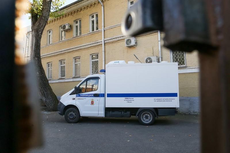 Полиция задержала мужчину, открывшего стрельбу из окна автомобиля в центре Москвы