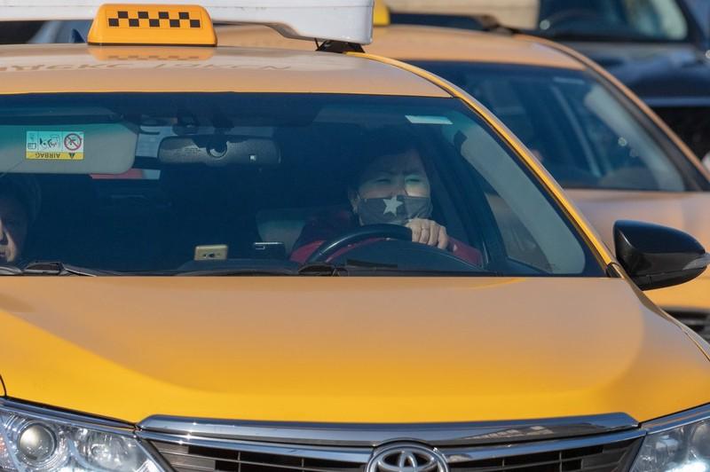 Пассажирка устроила скандал в «антиковидном» такси в Москве