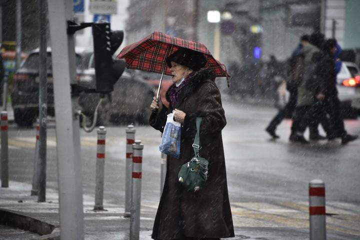 В некоторых районах столицы снегопады переходят в ледяные дожди, которые могут идти несколько суток подряд. Это приводит к образованию сильной гололедицы. Горожанам рекомендуют отложить поездки на личном транспорте и соблюдать аккуратность во время прогулок / Фото: Пелагия Замятина, «Вечерняя Москва»