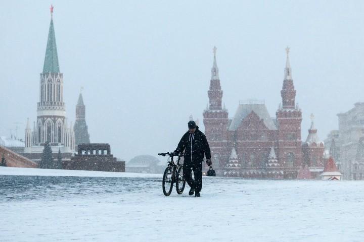 В этом году велосезон в столице продлится до 30 ноября. Станции проката появились в различных частях Москвы. Однако из-за осадков и похолодания актуальность аренды велотранспорта может исчезнуть / Фото: Денис Воронин / АГН «Москва»