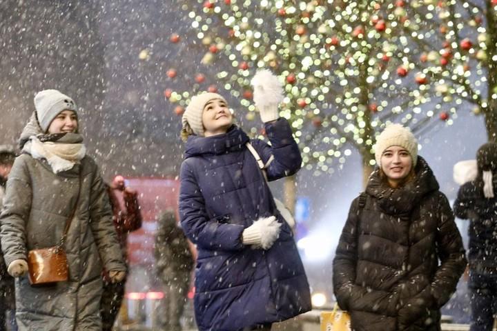 Снегопады спровоцировал приход циклона «Сара», который будет господствовать в столице до 25 ноября. Синоптики утверждают, что снежный покров в течение недели снизится до 4–5 сантиметров, но не исчезнет полностью / Фото: Денис Воронин / АГН «Москва»