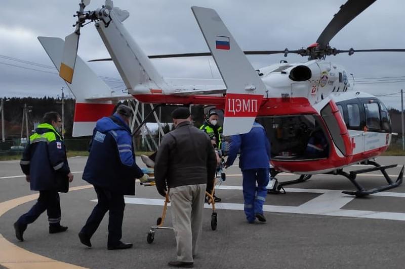 Женщину в тяжелом состоянии госпитализировали на санитарном вертолете МАЦ