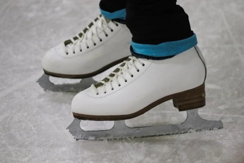 Тренер по фигурному катанию бросила ученицу на лед в Москве и попала на видео