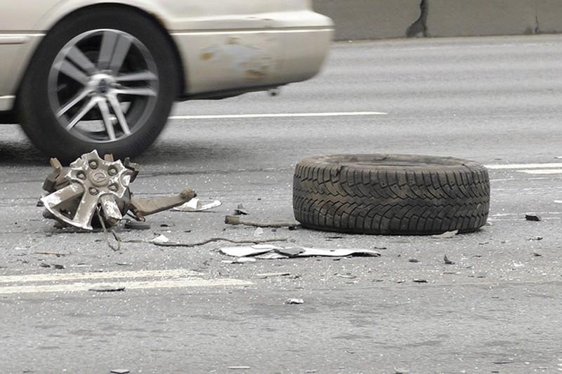 Автомобиль скорой помощи перевернулся, столкнувшись с легковушкой в Москве