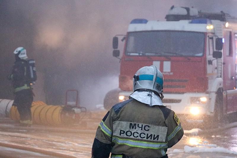 Людей эвакуируют из соседних зданий рядом с горящим ангаром в Москве