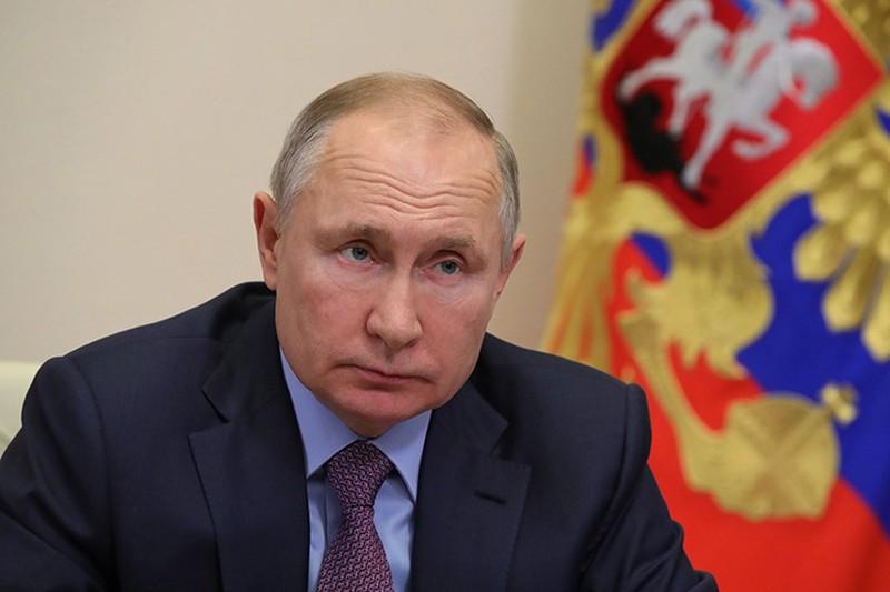 Владимир Путин возложил венок к Могиле Неизвестного Солдата в Москве