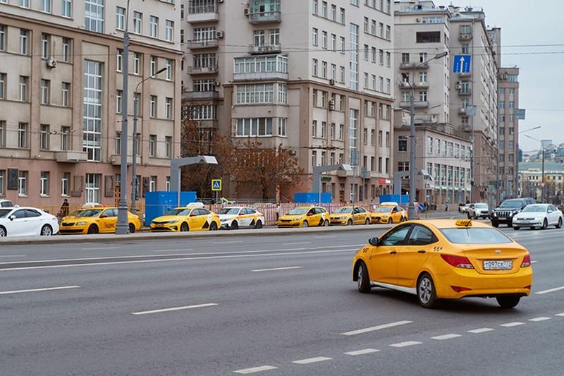 Такси сбило двух дорожных рабочих в Москве