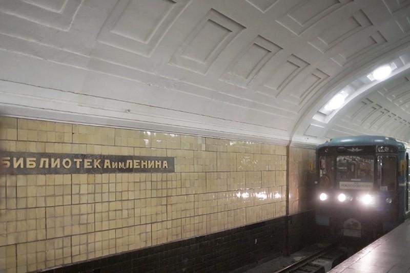 Москвич спустился с платформы и ушел в тоннель на станции метро «Библиотека имени Ленина»
