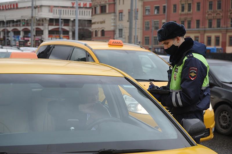 Авария с участием автомобиля такси произошла в Карамышевском проезде