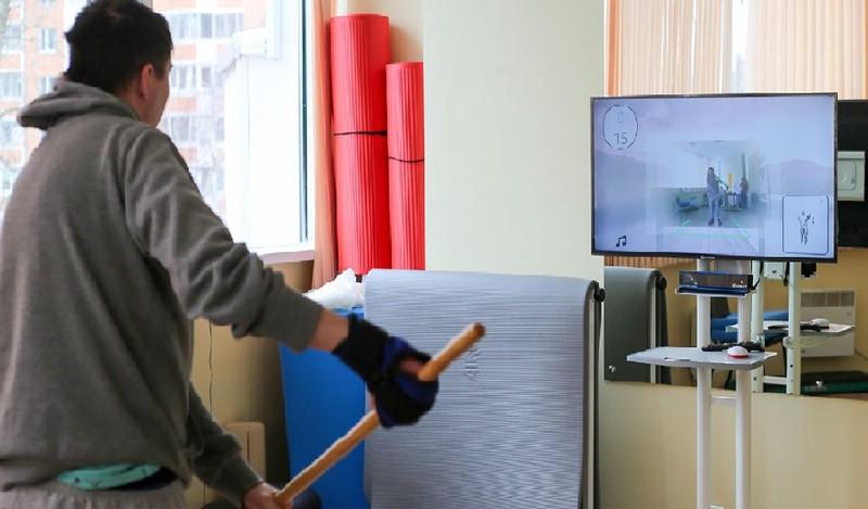Уникальный тренажер для реабилитации после инсульта начали испытывать в Москве