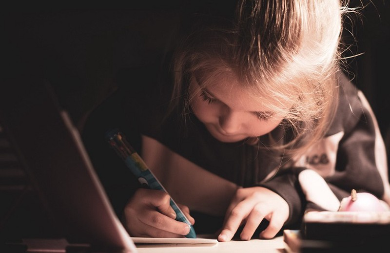 Психолог объяснила родителям, стоит ли отправлять ребенка с шести лет в школу