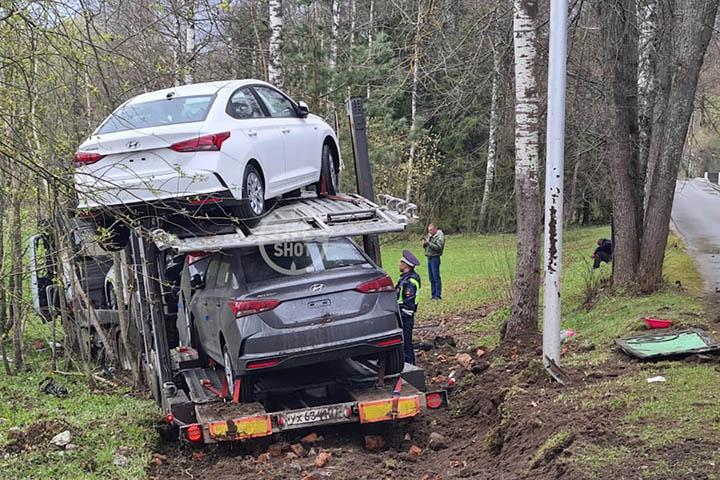 Автовоз, загруженный машинами, влетел в Ford Mondeo и снес забор отеля