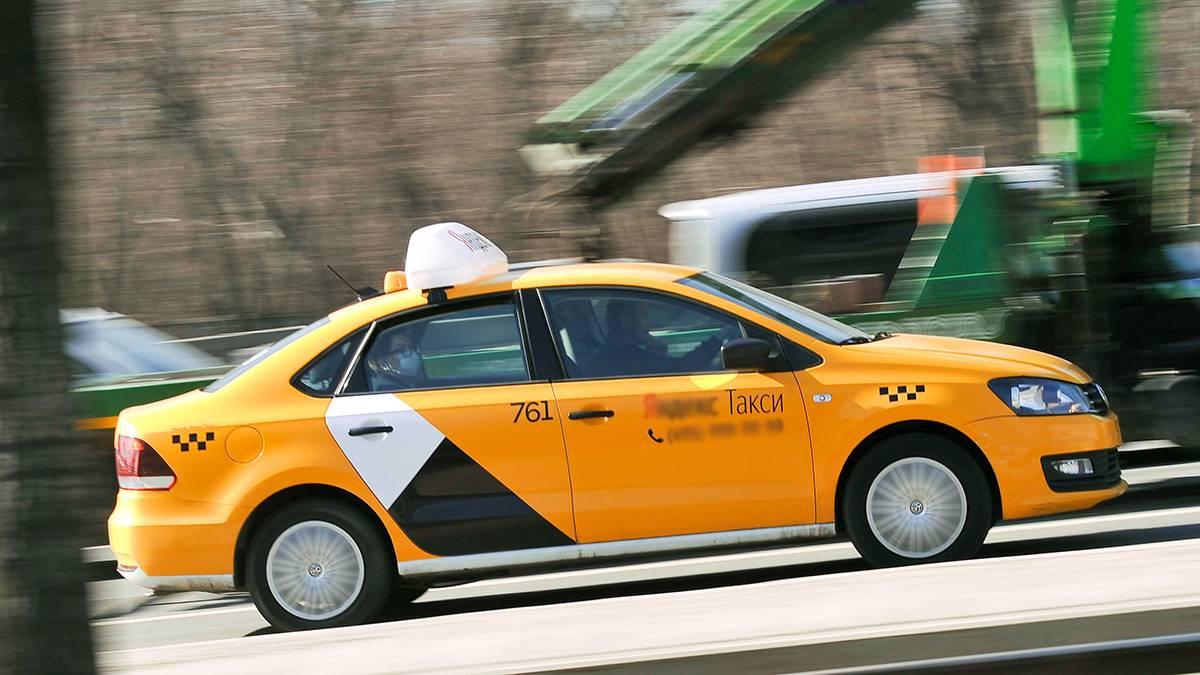 ГИБДД оштрафовала таксиста, разъезжавшего по улицам Москвы с ребенком на коленях