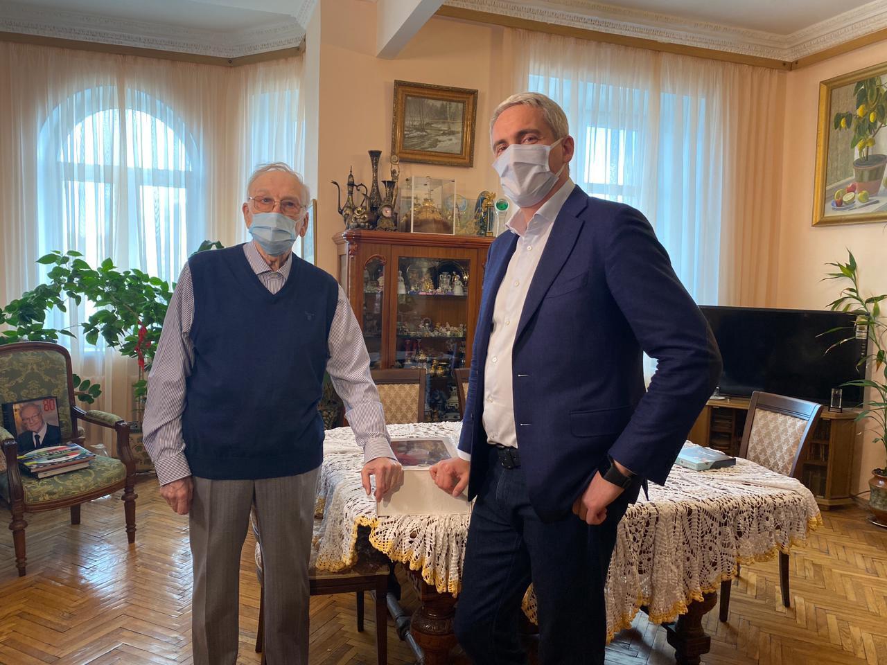 Член ОП Нифантьев поздравил диктора Игоря Кириллова с Днем радио. Фото: Галина Бродская