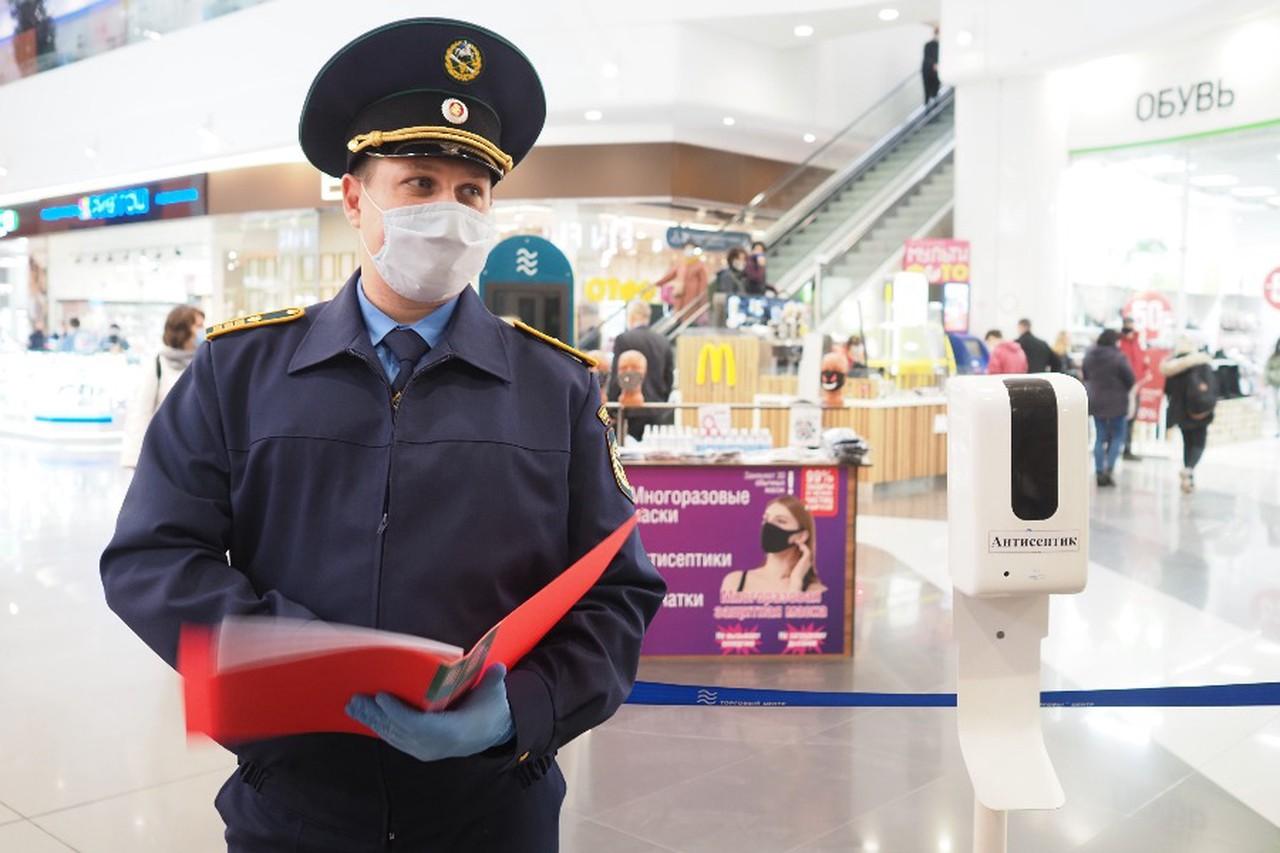 Более 50 нарушителей масочного режима выявили 31 мая в торговых центрах ЦАО. Фото: Антон Гердо, «Вечерняя Москва»