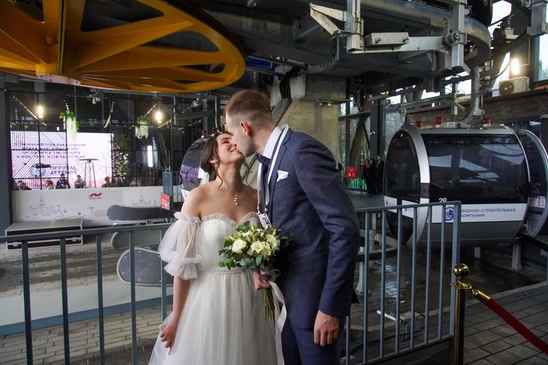 Рекордное количество пар заключили брак в кабинах Московской канатной дороги за день
