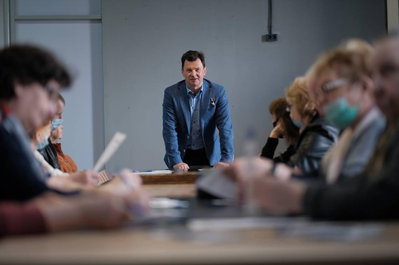 На фото депутат Государственной Думы, летчик-космонавт, Герой России Роман Романенко