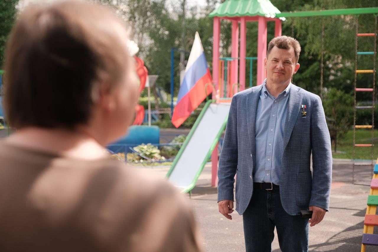 Роман Романенко поддержал жителей Южного Бутова в вопросе отмены платной парковки. Фото: Иван Степанов