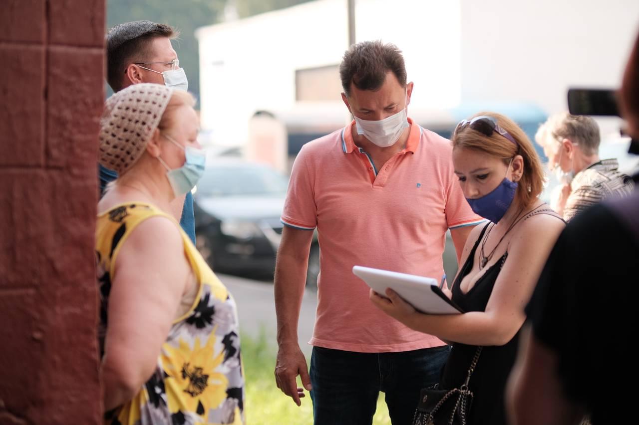 Роман Романенко добился установки пандуса в жилом доме в Ясенево. Фото: Иван Степанов
