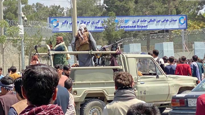 Боевики движения «Талибан» (запрещено в РФ) у въезда в международный аэропорт имени Хамида Карзая в Кабуле, Афганистан / Фото: EPA/ТАСС