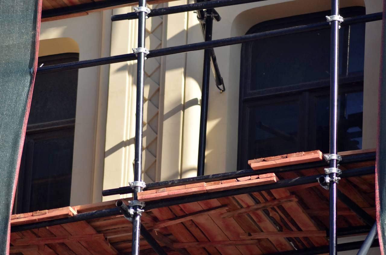 На данный момент строители приступили к отделке стен: обшивка гипсокартоном, шпатлевание и покраска. Фото предоставили сотрудники администрации